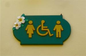 Rollstuhltoilette im Baan Khao LAk Resort_am Pool